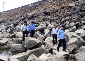 Cán bộ, công nhân Công ty cổ phần Thủy điện Thác Bà tuần tra bảo vệ an toàn hồ đập.