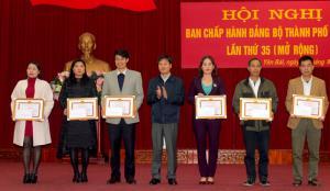 Đồng chí Ngô Hạnh Phúc - Bí thư Thành ủy trao tặng giấy khen cho các tập thể, cá nhân xuất sắc.