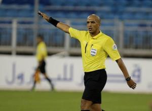 Trọng tài người Oman Ahmed Al-Kaf.