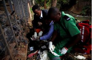 Các nhân viên y tế sơ cứu cho một người bị thương ngay tại hiện trường.