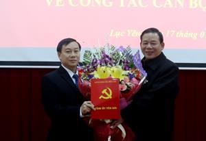 Đồng chí Hà Đức Hoan – Trưởng ban Tổ chức Tỉnh ủy trao Quyết định và tặng hoa chúc mừng đồng chí Hoàng Xuân Đán