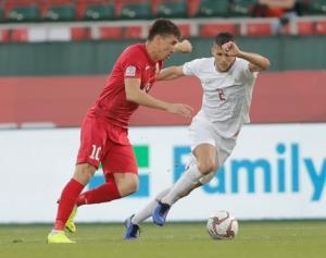 ĐT Kyrgyzstan (đỏ) đánh bại ĐT Philippines để đứng thứ 3 tại bảng C.
