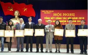 Lãnh đạo Trung ương Hội Đông y Việt Nam trao Bằng khen cho tập thể, cá nhân thuộc Hội Đông y tỉnh Yên Bái có thành tích xuất sắc trong phấn đấu, xây dựng, củng cố và phát triển tổ chức Hội.