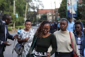 Người dân được sơ tán khỏi hiện trường vụ tấn công ở khu tổ hợp văn phòng-khách sạn ở thủ đô Nairobi, Kenya.