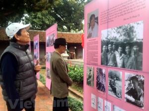 Công chúng thăm quan triển lãm giới thiệu chân dung các tác giả tiêu biểu của văn học Việt Nam trong khuôn khổ Ngày Thơ Việt Nam 2018. (Ảnh minh họa)