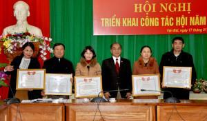 Thừa ủy quyền, Chủ tịch Hội Luật gia tỉnh Trần Quang Vinh đã trao bằng khen của Hội Luật gia Việt Nam cho các tập thể, cá nhân có thành tích xuất sắc trong hoạt động Hội năm 2018.