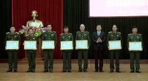 Đồng chí Nguyễn Chiến Thắng - Phó Chủ tịch UBND tỉnh trao bằng khen cho các tập thể, cá nhân có thành tích xuất sắc trong công tác QSQP, công tác giáo dục quốc phòng và an ninh năm 2018.