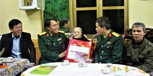 Đoàn công tác Quân khu 2 và Bộ CHQS tỉnh Yên Bái thăm chúc tết Mẹ Việt Nam anh hùng Trịnh Thị Lan ở thôn Đào Kiều, xã Thịnh Hưng, huyện Yên Bình.