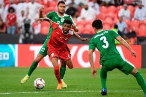 Tiền vệ Saleh (áo đỏ) chơi rất năng nổ trên hàng tiền vệ Oman. Ảnh VnExpress