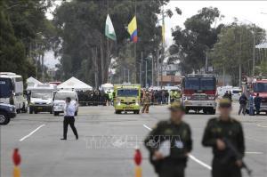 Lực lượng an ninh và cứu hỏa được triển khai tại hiện trường vụ nổ xe bom bên ngoài trường cảnh sát ở thủ đô Bogota, Colombia ngày 17-1-2019.