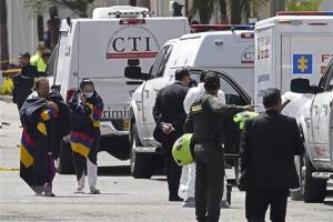 Sơ tán người dân khỏi hiện trường vụ nổ xe bom bên ngoài trường cảnh sát ở thủ đô Bogota của Colombia ngày 17/1.