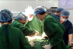 Các bác sỹ Bệnh viện thực hiện ca phẫu thuật u tuyến giáp bằng dao siêu âm cho bệnh nhân.