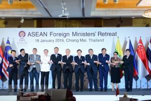 Các ngoại trưởng ASEAN chụp ảnh lưu niệm.