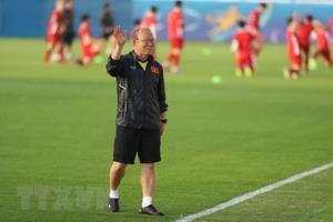 Huấn luyện viên Park Hang-seo vẫy tay chào phóng viên Hàn Quốc tới dự khán buổi tập.