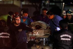 Chuyển nạn nhân tới bệnh viện để điều trị sau vụ nổ đường ống dẫn nhiên liệu tại khu dân cư Tlahuelilpan, bang Hidalgo tối 18-1-2019.
