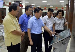 Đồng chí Đỗ Đức Duy - Phó Bí thư Tỉnh ủy, Chủ tịch UBND tỉnh cùng lãnh đạo một số sở, ngành kiểm tra hoạt động của Trung tâm Phục vụ hành chính công tỉnh Yên Bái.