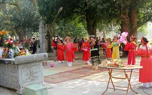 Người dân xã Đông Cuông luyện tập các nghi lễ, tiết mục văn nghệ chuẩn bị cho lễ hội.