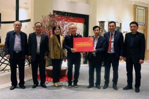 HLV Park Hang-seo và phu nhân xúc động đón nhận quà tặng của Thủ tướng Nguyễn Xuân Phúc.