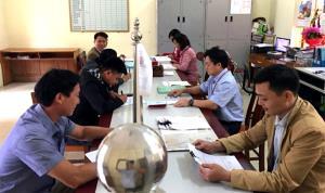 Cán bộ công chức xã Châu Quế Hạ giải quyết TTHC cho người dân.