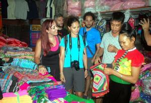 Vào dịp tết Nguyên đán, các hộ du lịch cộng đồng trên địa bàn luôn chú trọng chuẩn bị các phần quà lưu niệm mang tính sản vật của địa phương như: khăn piêu, áo cỏm… để tặng du khách. (Ảnh: Thanh Chi)