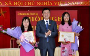 """Thừa ủy của Bộ Tư pháp, Phó Chủ tịch UBND tỉnh Nguyễn Chiến Thắng - trao kỷ niệm chương """"Vì sự nghiệp Tư pháp"""" cho các cá nhân."""