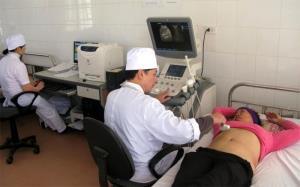 Bác sỹ Trung tâm Y tế huyện Yên Bình thăm khám cho người bệnh.