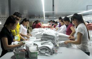 Công nhân Công ty TNHH Quốc tế Vina KNF, huyện Trấn Yên hoàn thiện sản phẩm.