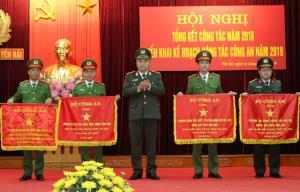 Thiếu tướng Đặng Trần Chiêu - Giám đốc Công an tỉnh trao Cờ thi đua của Bộ Công an tặng các đơn vị có thành tích xuất sắc năm 2018.
