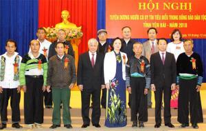 Bộ trưởng, Chủ nhiệm Ủy ban Dân tộc Đỗ Văn Chiến cùng lãnh đạo tỉnh Yên Bái chụp ảnh lưu niệm với đoàn đại biểu người có uy tín tiêu biểu huyện Trạm Tấu.