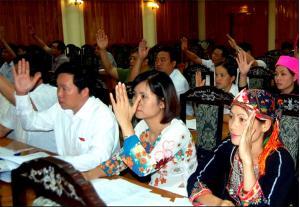 Các đại biểu biểu quyết các Nghị quyết về kế hoạch phát triển KTXH năm 2019. (Ảnh: Thanh Chi)
