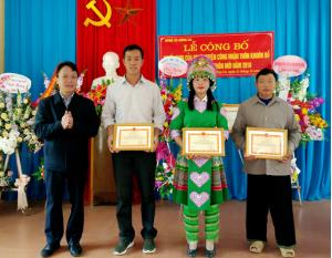 Lãnh đạo huyện Trấn Yên trao giấy khen cho tập thể, cá nhân có nhiều thành tích xuất sắc trong XDNTM.