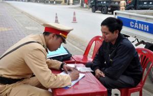 Lực lượng cảnh sát giao thông huyện Văn Yên lập biên bản xử lý vi phạm.