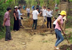 Cán bộ, nhân dân xã Nghĩa Phúc, thị xã Nghĩa Lộ cùng làm đường nông thôn.