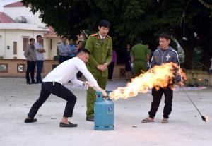 Đại úy Nguyễn Ngọc Dương hướng dẫn cán bộ các cơ quan, đơn vị sử dụng thiết bị PCCC.