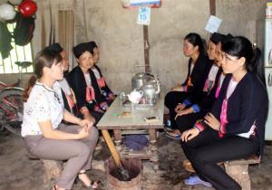 Chi hội Phụ nữ thôn Khe Cạn, xã Đông An, huyện Văn Yên sinh hoạt nhóm về vấn đề an toàn cho phụ nữ và trẻ em gái.