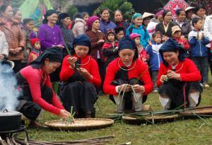 Người dân xã Tân Hương tham gia hội thi làm bánh chim gâu.