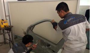 Học viên Trường Cao đẳng nghề Công nghiệp Hà Nội đang thực hành nghề sơn sửa vỏ ô tô.