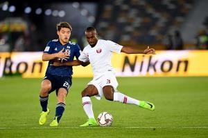 Nhật Bản (áo xanh) đối đầu Qatar (áo trắng) đầy căng thẳng.