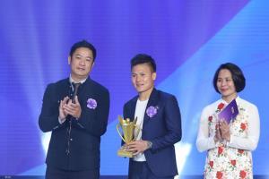Nguyễn Quang Hải (giữa) nhận danh hiệu VĐV của năm - Cúp Chiến thắng 2018