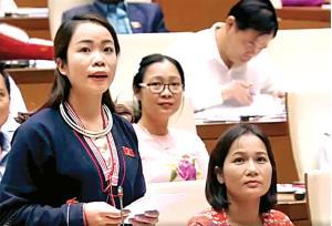 Nữ đại biểu Quốc hội tỉnh Yên Bái Triệu Thị Huyền tham gia chất vấn tại kỳ họp Quốc hội.