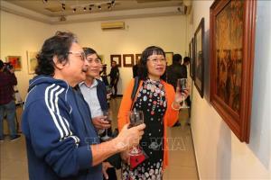 Các đại biểu và du khách tham quan triển lãm.