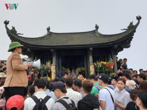 Dù đến mùng 10 mới chính thức khai hội nhưng trước đó, hàng nghìn du khách đã đổ về lễ phật tại Yên Tử, Quảng Ninh.