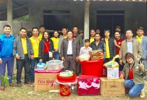 Nhóm Thiện nguyện Lục Yên tặng quà cho gia đình em Bàn Văn Lâm, thôn Khe Hùm, xã Trung Tâm, huyện Lục Yên.