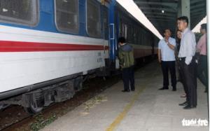 Tàu khách TN7 được đưa về ga Biên Hòa.