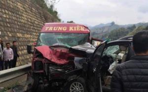 Xe 7 chỗ Fortuner lấn sang làn ngược chiều tông xe khách 16 chỗ, gây ra vụ tai nạn kinh hoàng khiến 12 người thương vong.