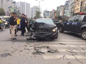 Vụ tai nạn xảy ra vào khoảng 15h50 tại trước cửa số nhà 341 Trường Chinh ( Thanh Xuân, Hà Nội).