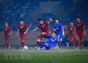 Pha tranh chấp bóng của cầu thủ hai đội U22 Việt Nam và câu lạc bộ Ulsan Hyundai.