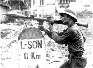 Người chiến sĩ cầm súng B41 đứng bên cột mốc biên giới Lạng Sơn - Trung Quốc (Ảnh: TTXVN)