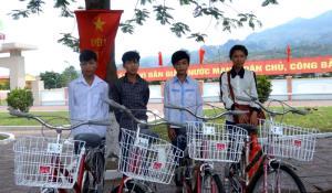 Học sinh có hoàn cảnh đặc biệt khó khăn của huyện Văn Chấn được các tổ chức xã hội hỗ trợ xe đạp.