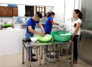 Tình nguyện viên của Bệnh viện chuẩn bị bữa ăn từ thiện cho bệnh nhân.